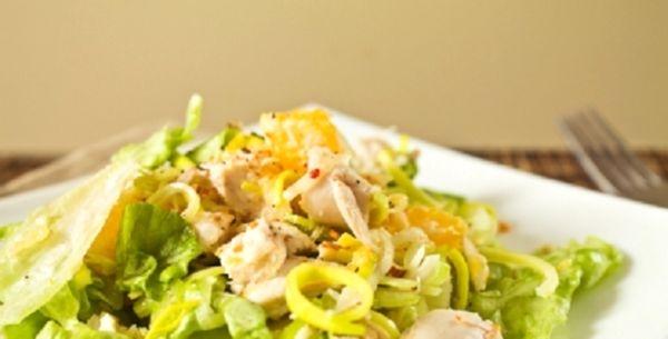 Салат с курицей и яблоками и пекинской капустой