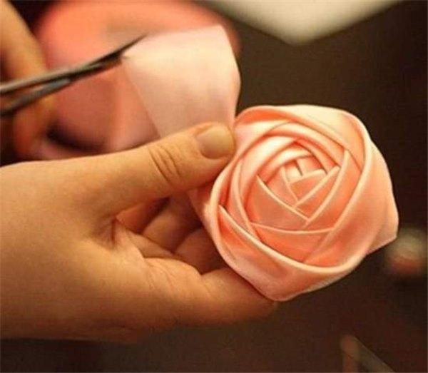Как сделать простую розочку из атласной ленты пошаговое