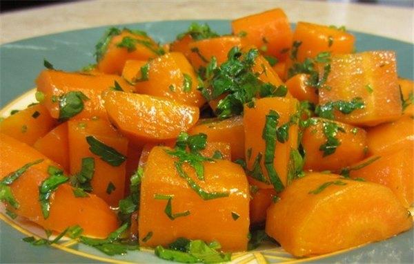 Для начала хочется заметить, что вареные овощи будут чиститься легче, если сразу после варки обдать их холодной водой.